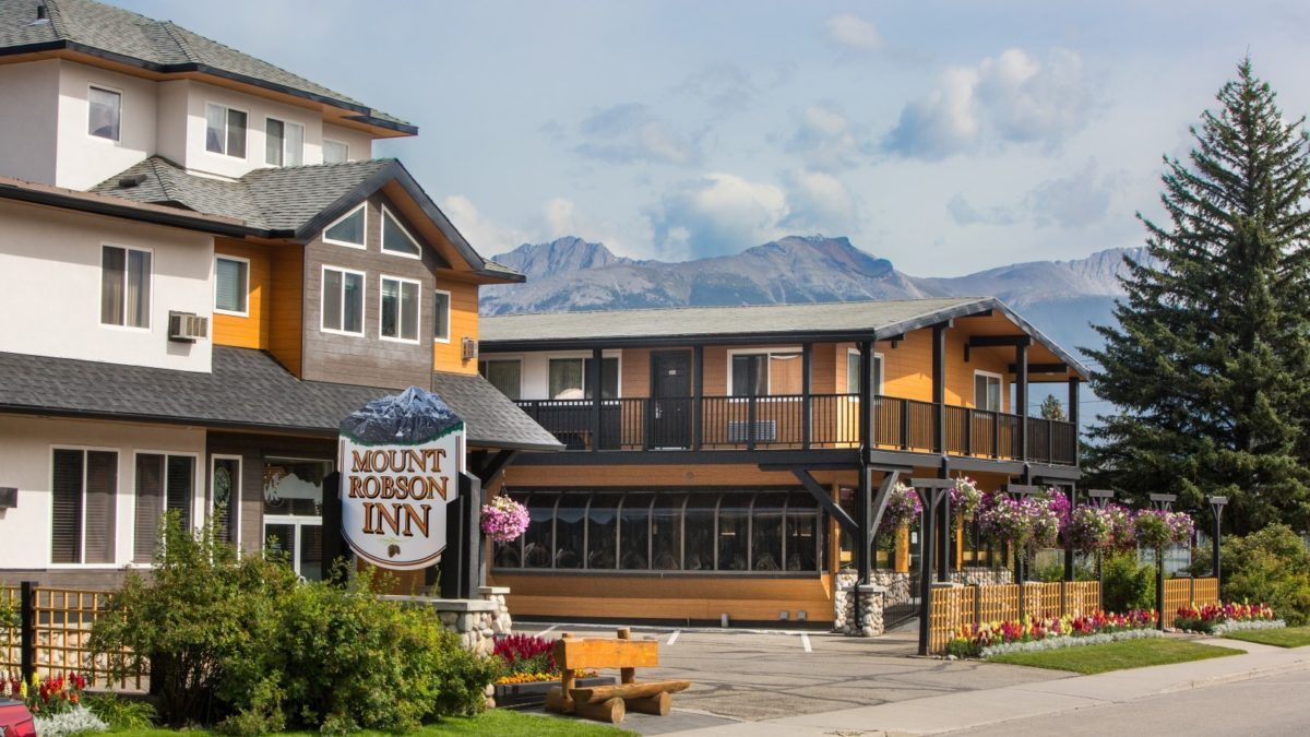 Mount Robson Inn (roadside)